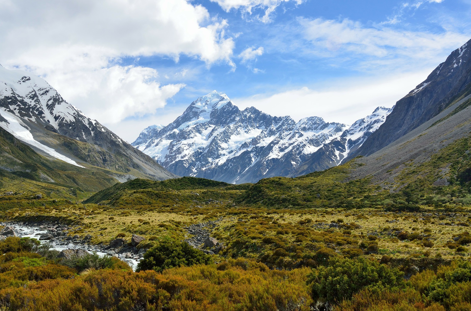 beautiful-mountainous-scenery-on-a-gorgeous-sunny-day-with-blue-skies-aoraki-mt-cook-national-park-new-zealand-bucket-list