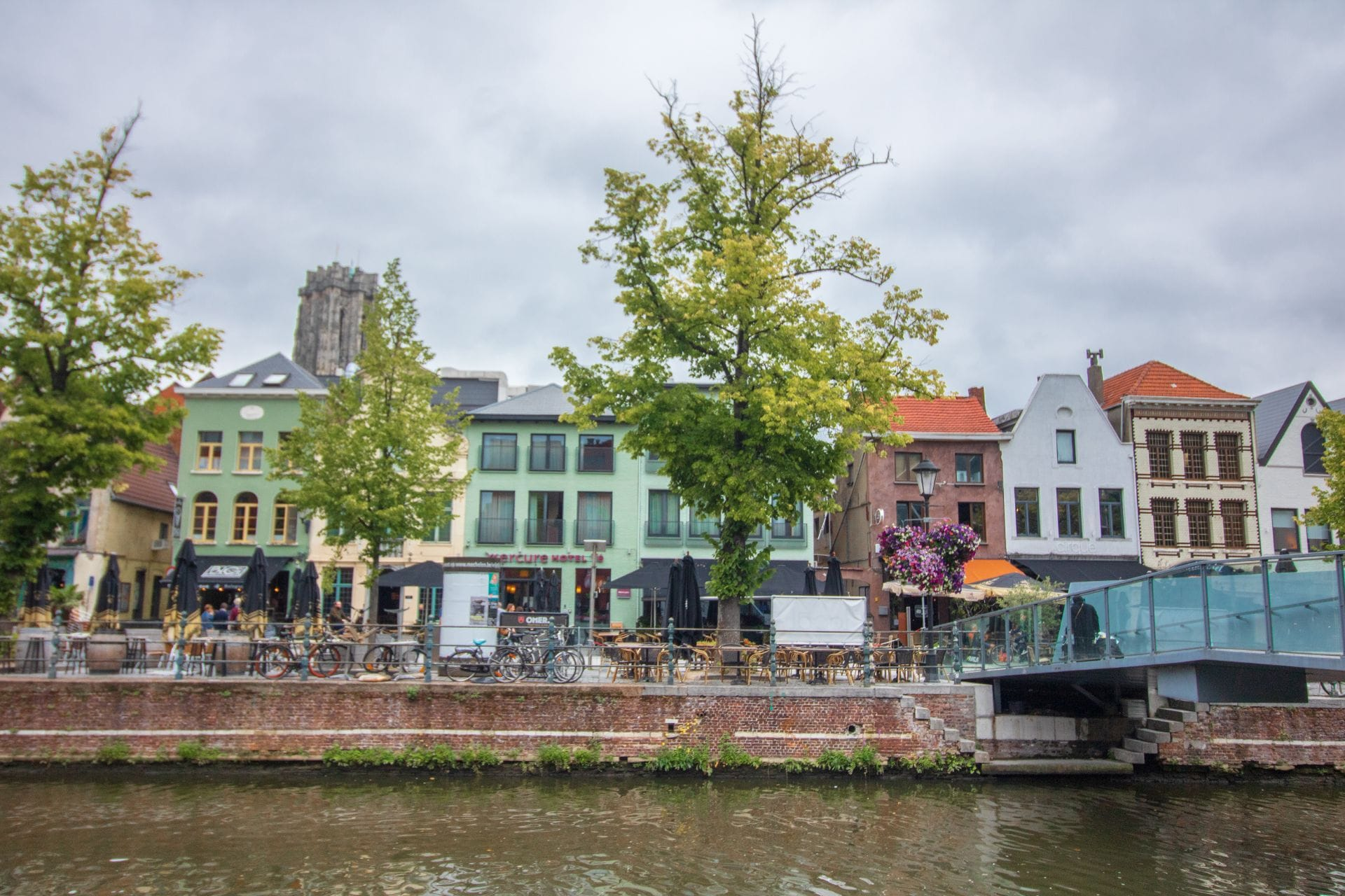 colourful-buildings-housing-restaurants-and-bars-along-the-river-with-a-bridge-crossing-it-vismarkt-mechelen-belgium