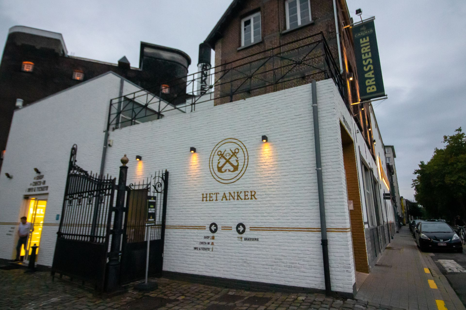 het-anker-brewery-lit-up-at-night