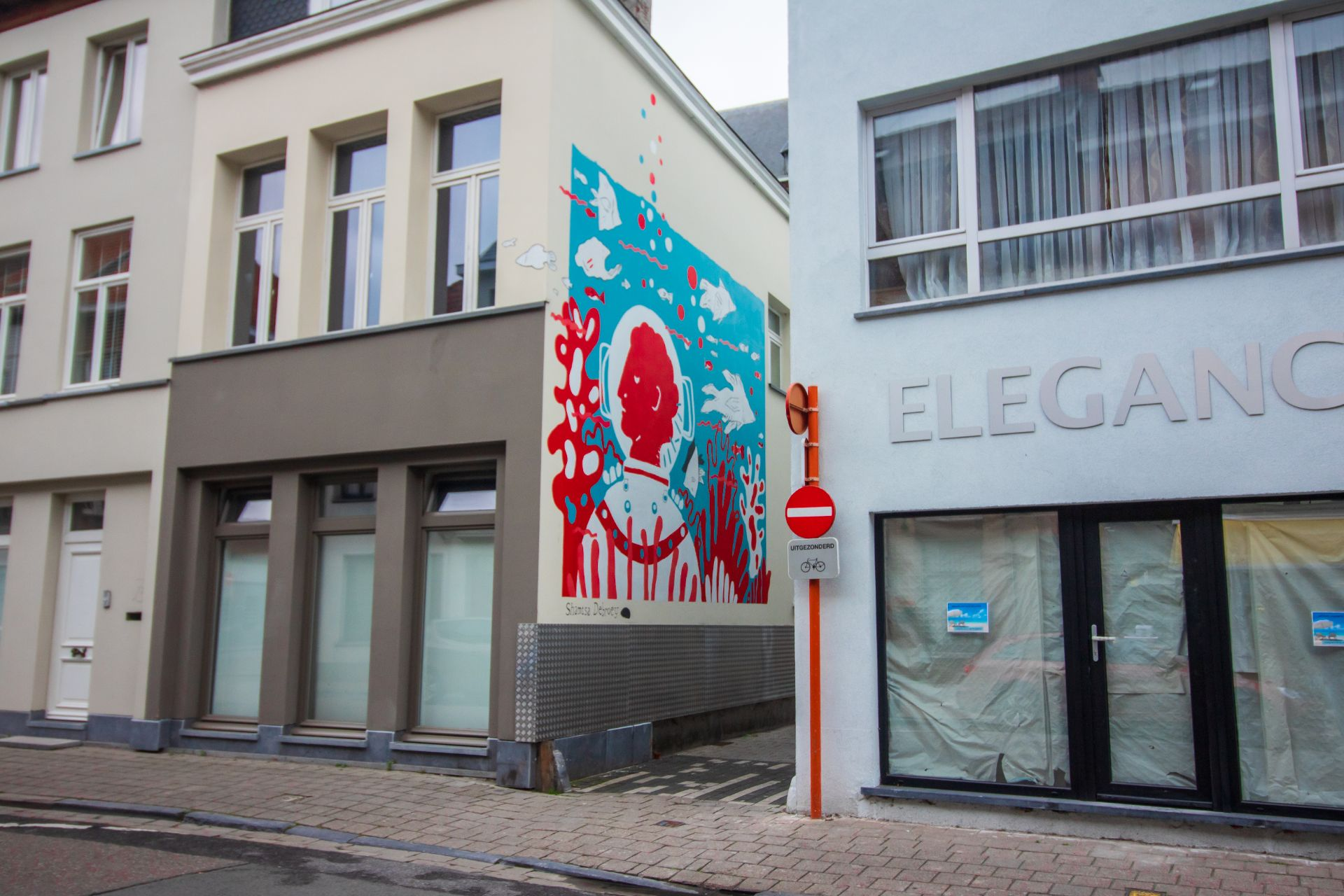 red-and-blue-underwater-graffiti-down-small-alleyway-mechelen-muurt-belgium