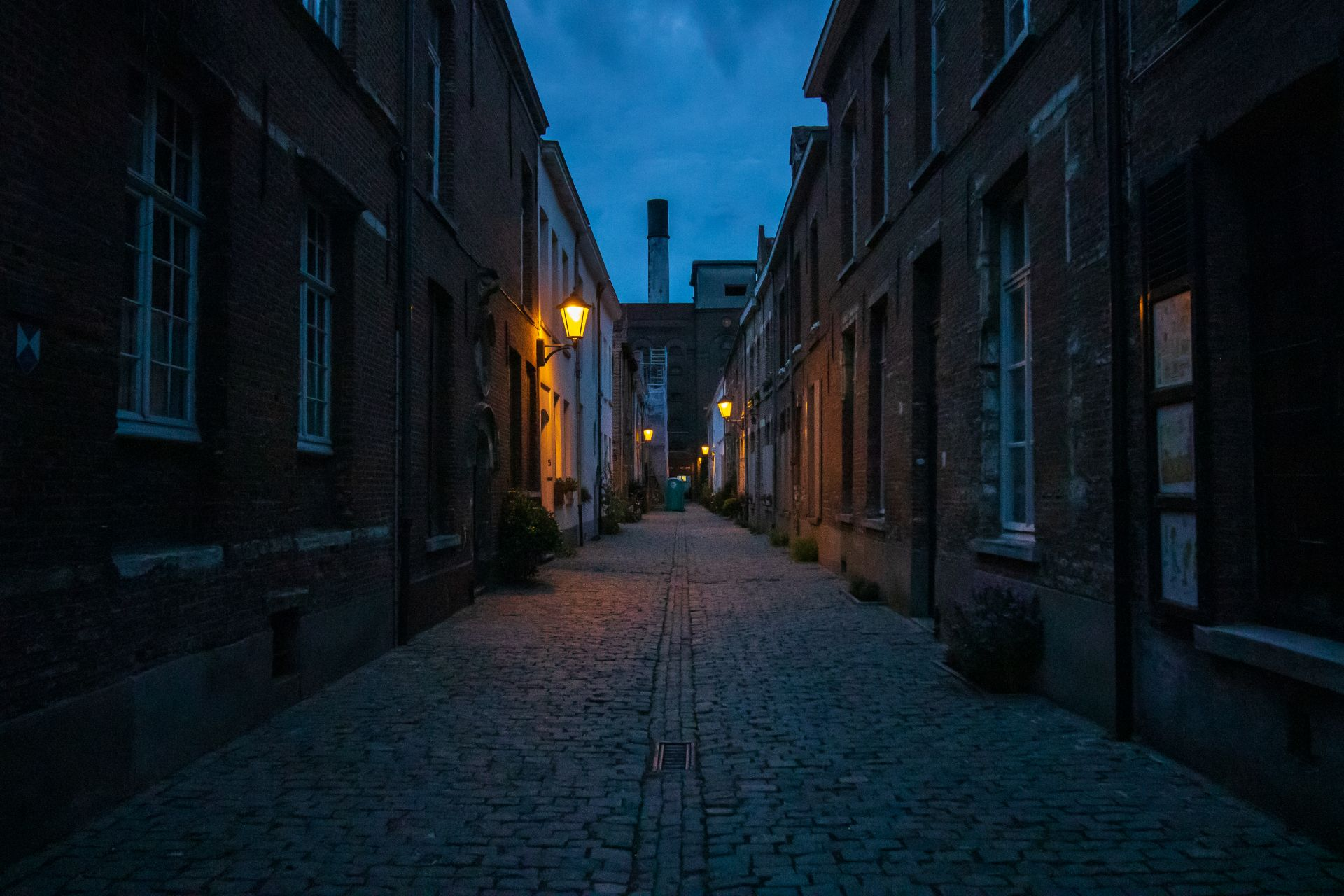 small-narrow-lane-of-houses-beguinage-at-night-lit-up-by-streetlights-het-anker-brewery-mechelen-beligum