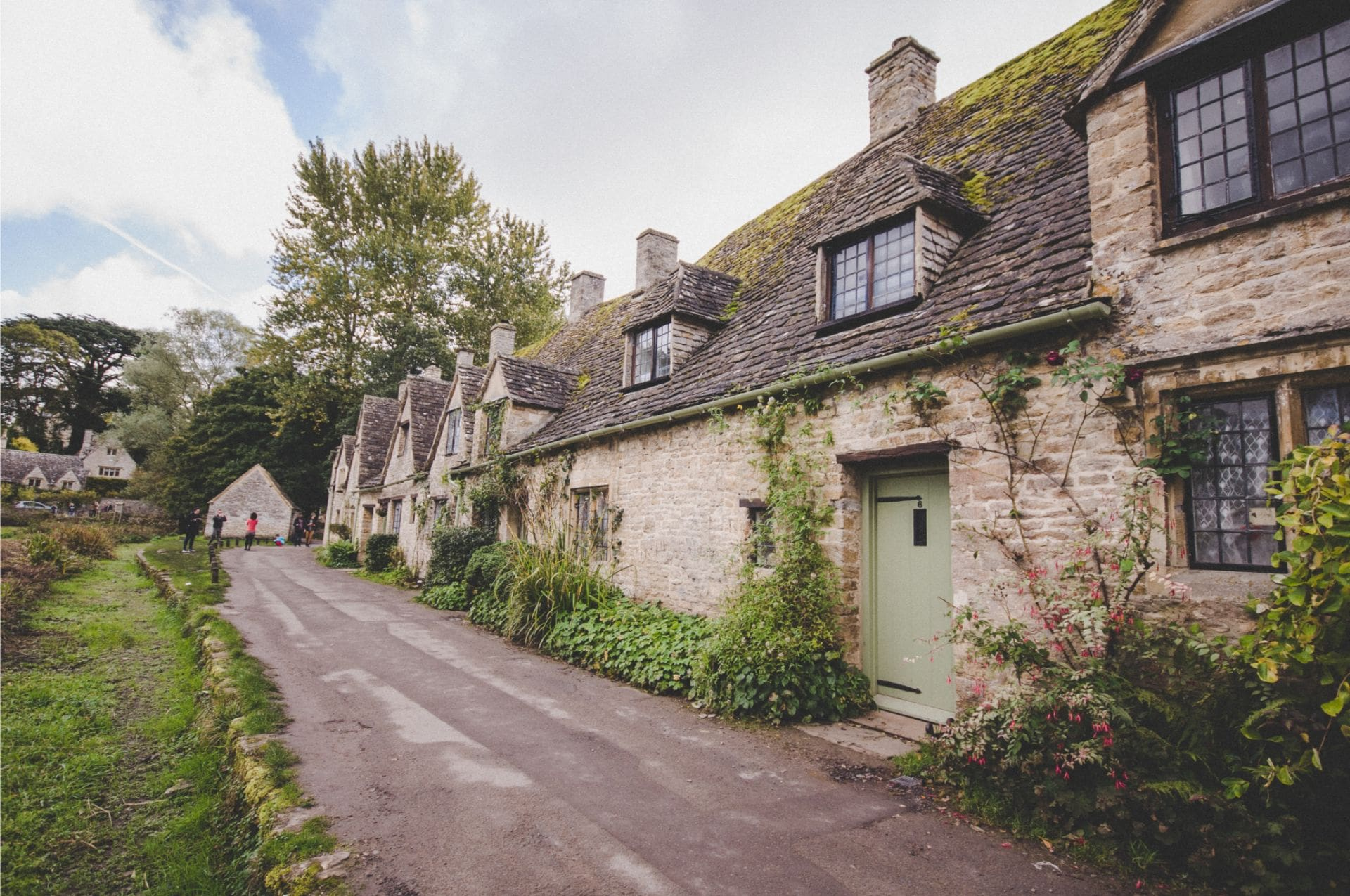 cute-picturesque-chocolate-box-village-bibury-in-cotswolds