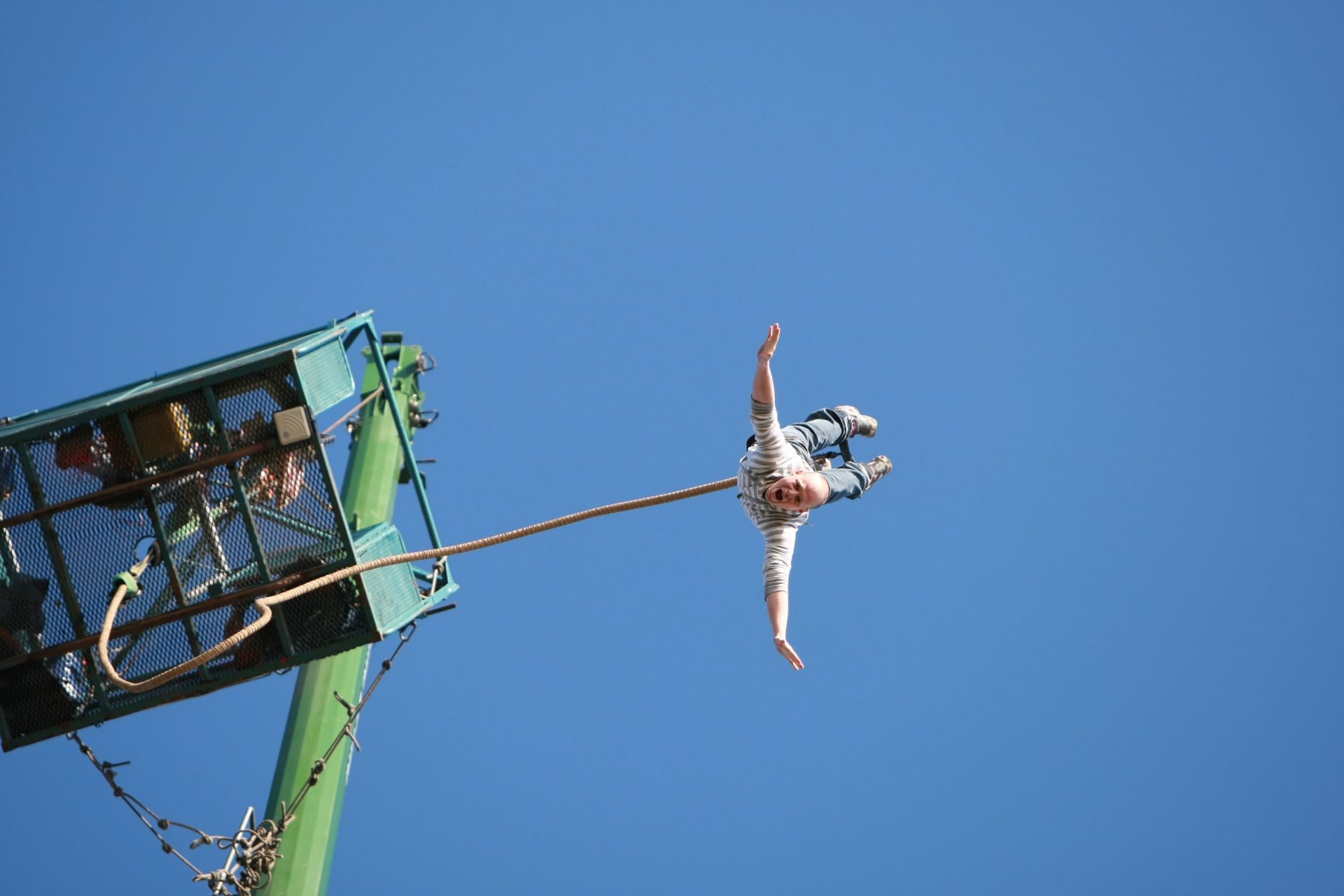 guy-jumping-from-crane-bungee-jumping-uk