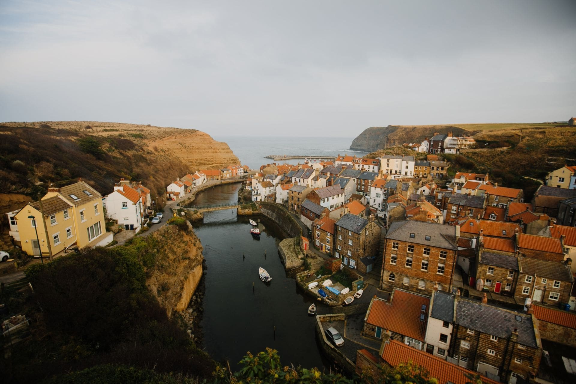 moody-british-seaside-town-with-orange-roofs-in-autumn-staithes-yorkshire