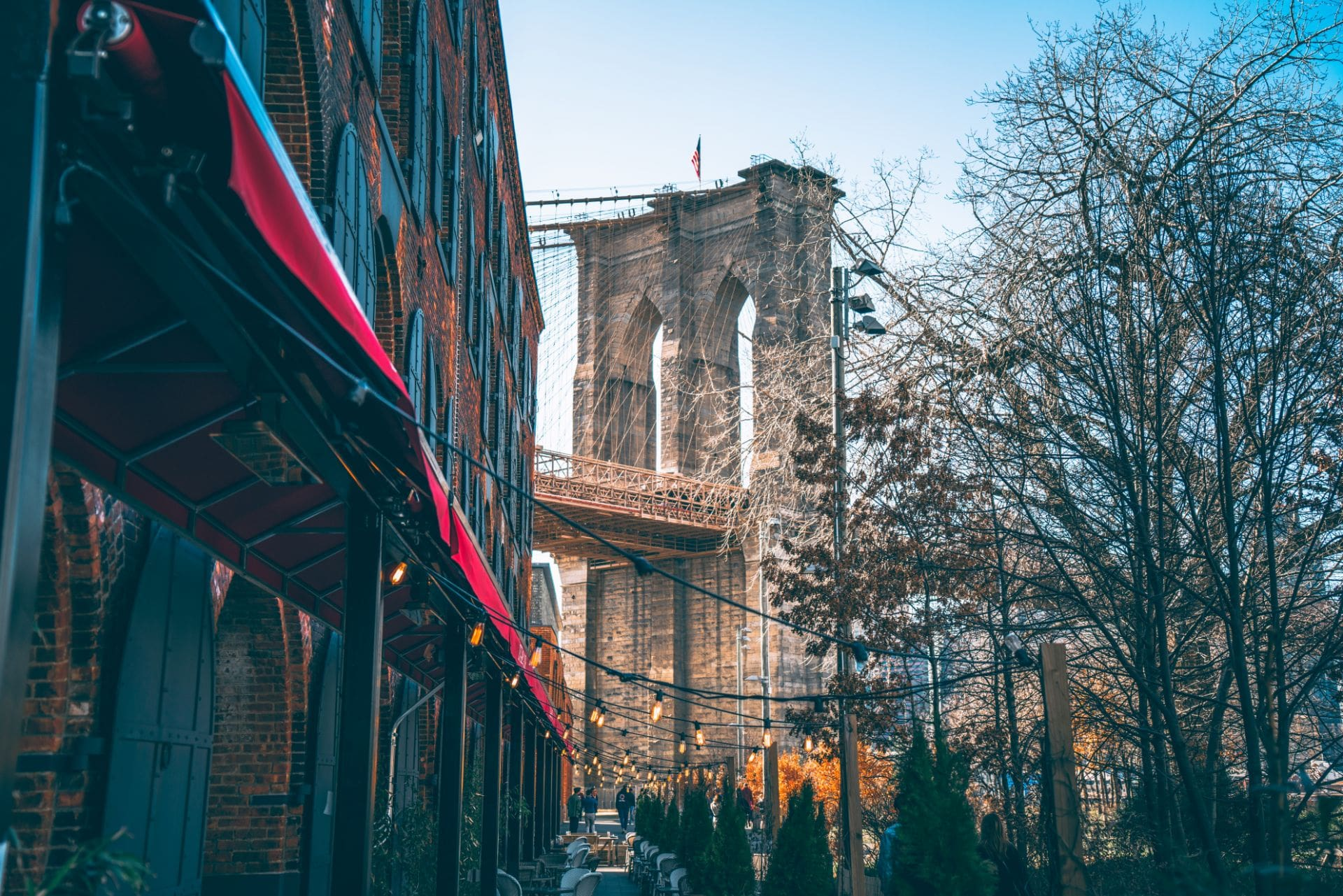 restaurants-with-fairy-lights-in-front-of-brooklyn-bridge-in-new-york-in-4-days
