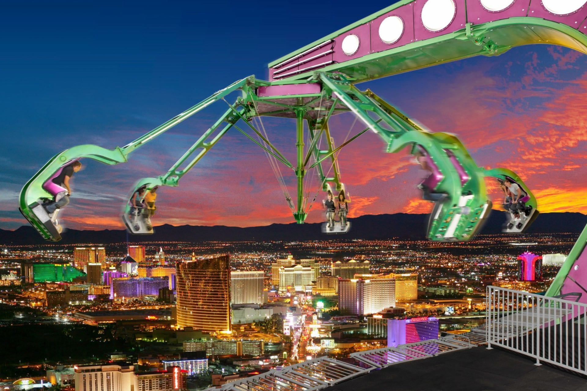 people-on-scary-insanity-ride-above-las-vegas-city