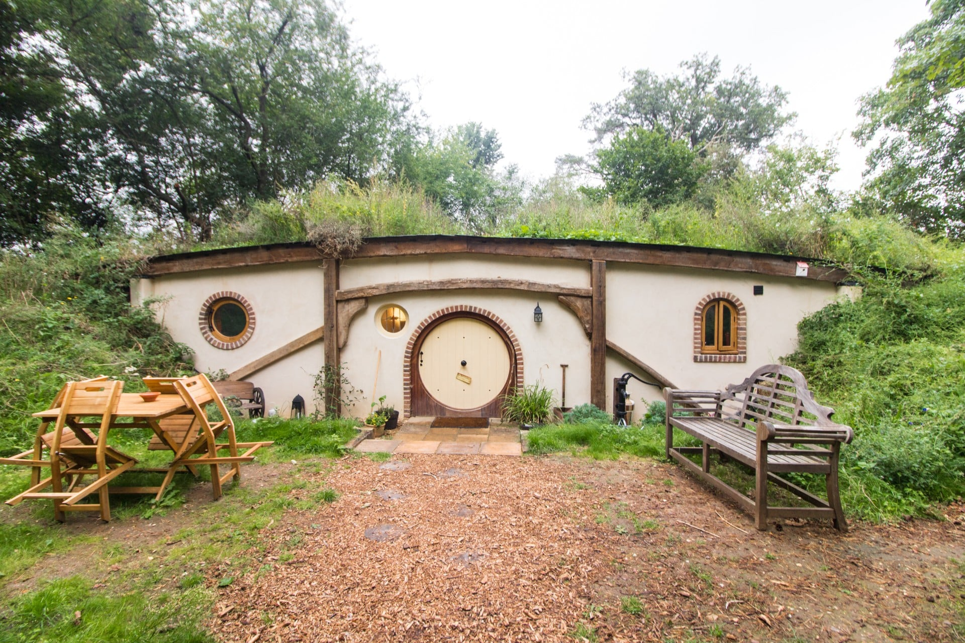 hobbit-hole-hobbit-house-glamping-site-in-suffolk-woodland-pod-hollow-west-stow-pods