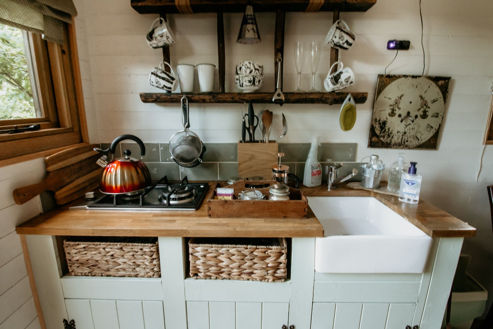 rustic-kitchen-area-with-hob-and-sink-in-shepherds-hut