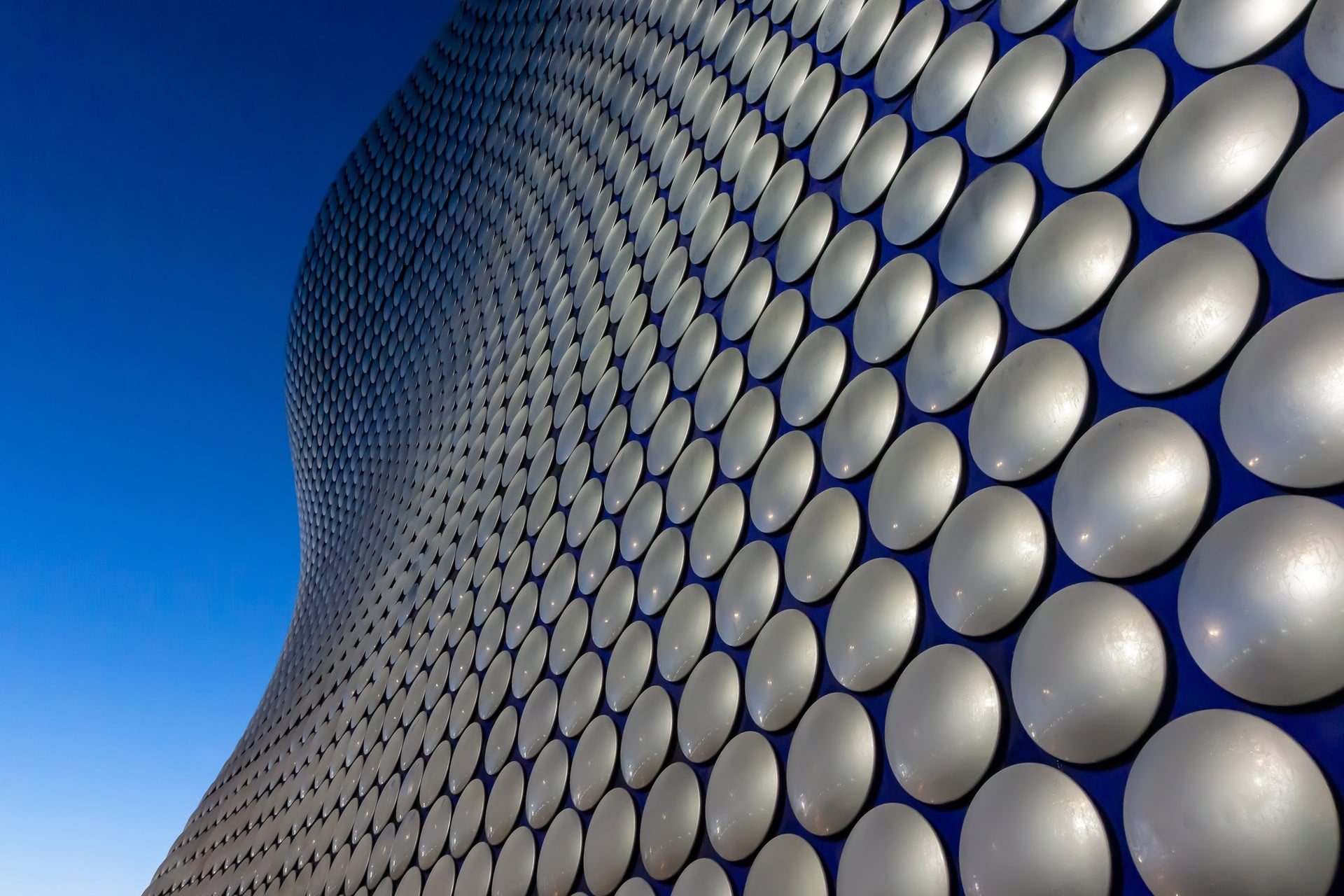 circular-exterior-of-the-bullring-shopping-centre-birmingham-against-blue-skies