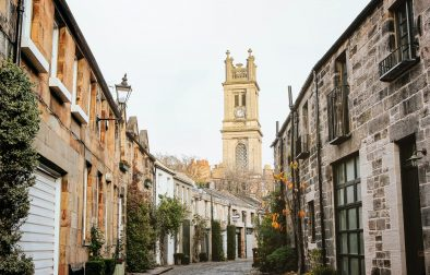 cute-lane-with-cobbled-floor-with-short-houses-on-either-side-leading-up-to-picturesque-tower-circus-lane-free-things-to-do-in-edinburgh