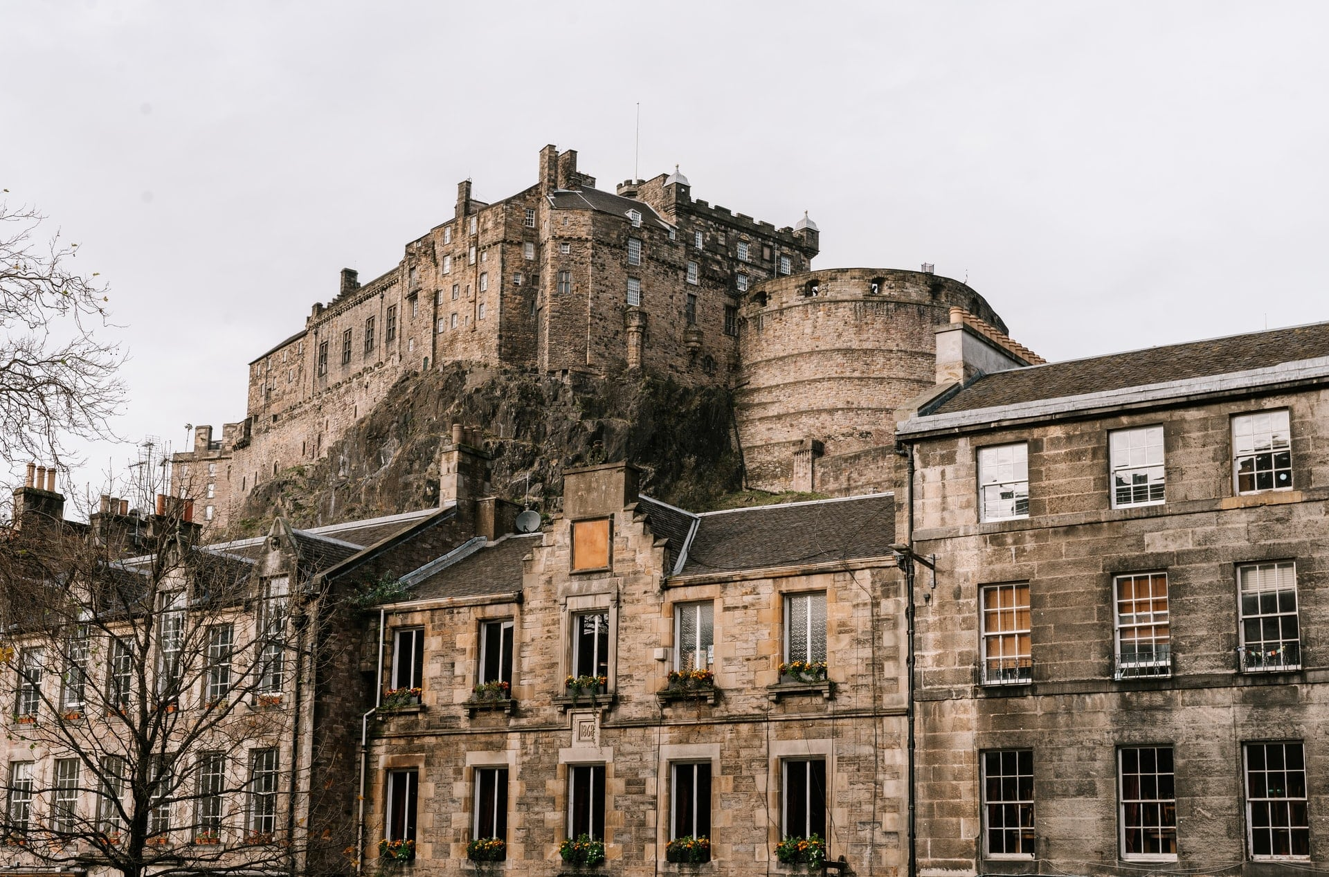 view-of-edinburgh-castle-from-grassmarket-on-a-grey-day-old-historic-buildings