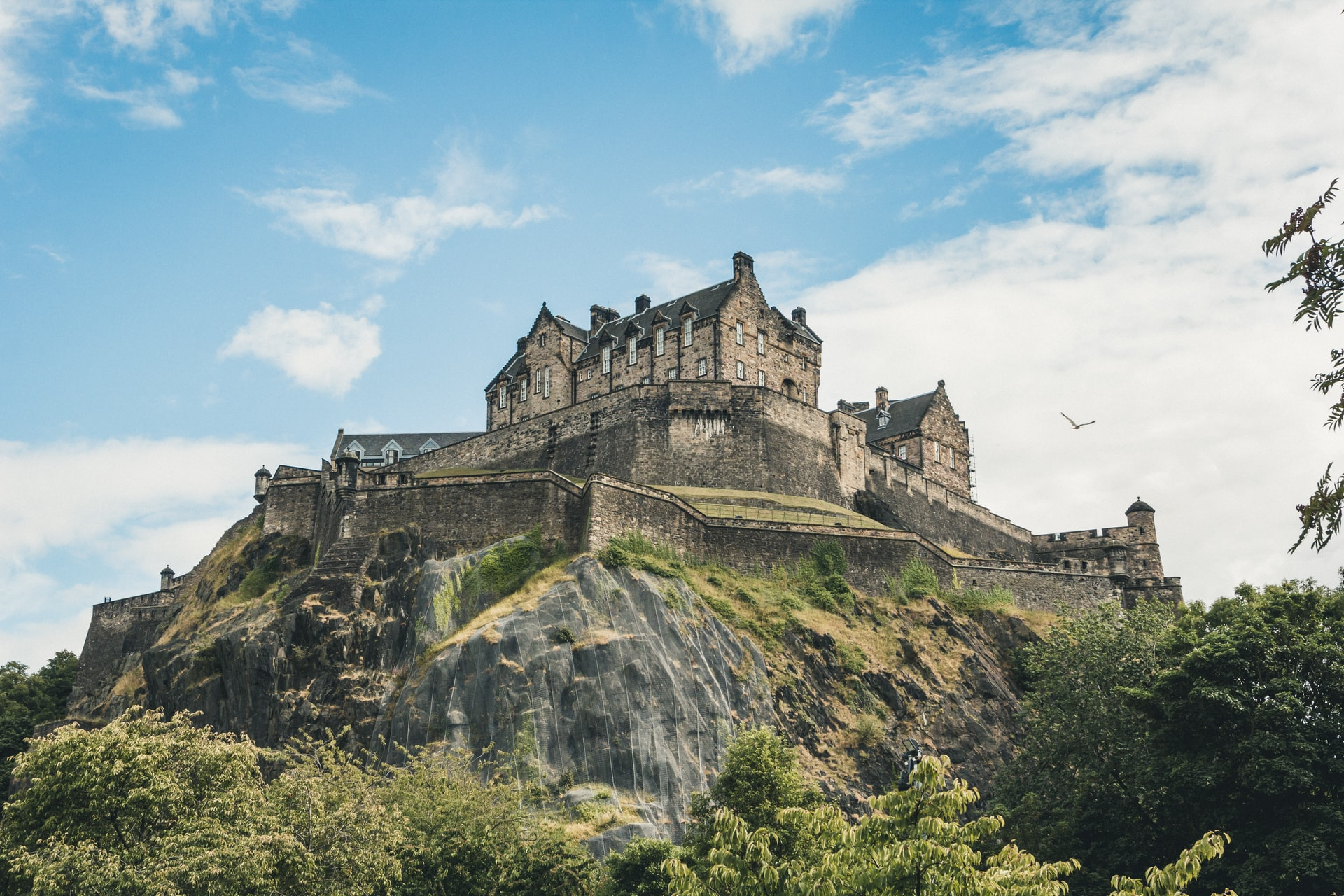 view-of-edinburgh-castle-sat-on-hill-from-grassmarket-on-a-sunny-summers-day