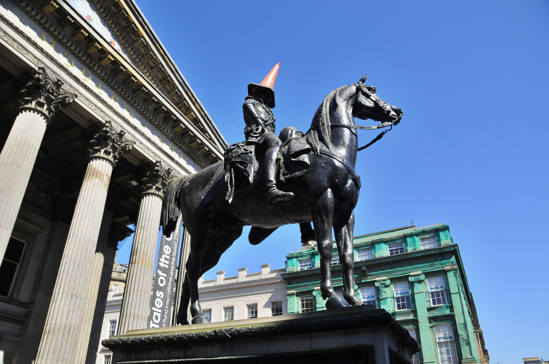 duke-of-wellington-statue-in-glasgow-with-a-traffic-cone-on-its-head