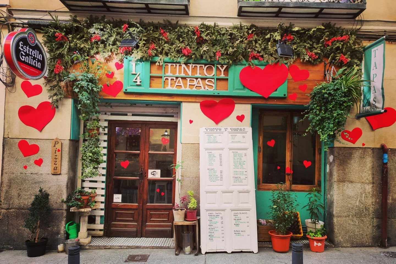exterior-of-a-small-authentic-tapas-restaurant-tinto-y-tapas
