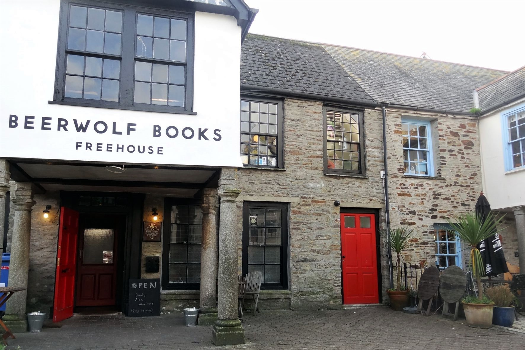 exterior-of-beerwolf-books-freehouse-in-falmouth