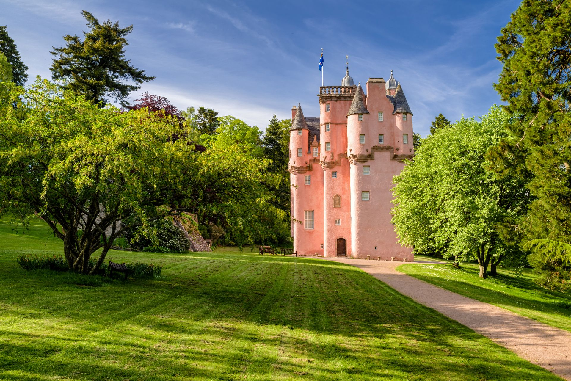 famous-pink-castle-surrounded-by-a-green-park-craigievar-castle-scenic-drives-in-scotland
