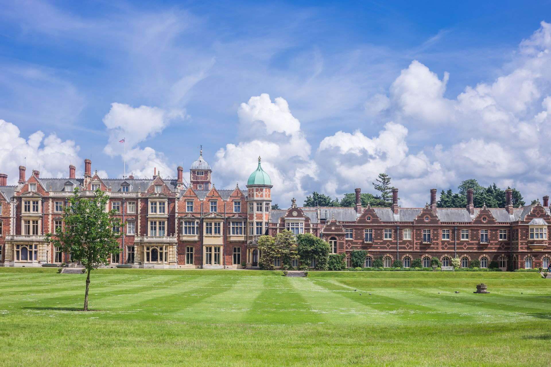 old-historic-country-house-with-green-lawn-in-front-on-sandringham-estate-day-trips-from-peterborough