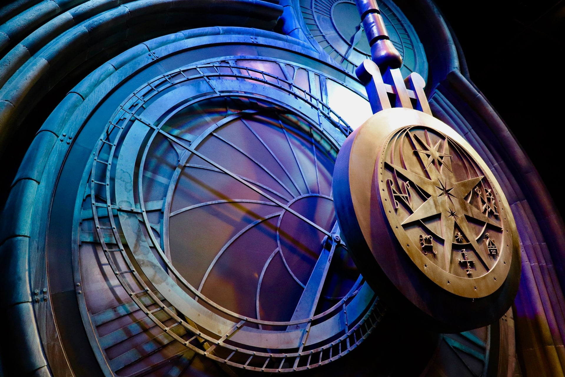 pendulum-clock-swinging-lit-up-in-blue-and-purple-lights-at-harry-potter-warner-bros-studio-tour-watford