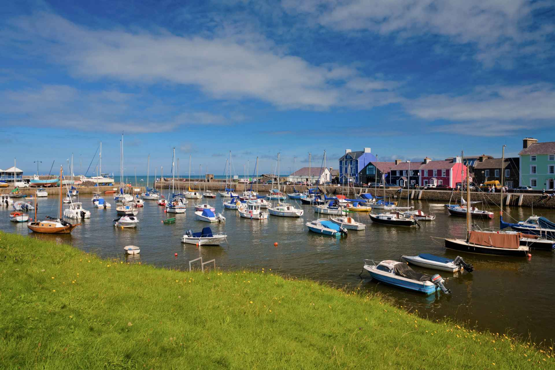 colourful-aberaeron-harbour-and-boats-in-cardigan-bay