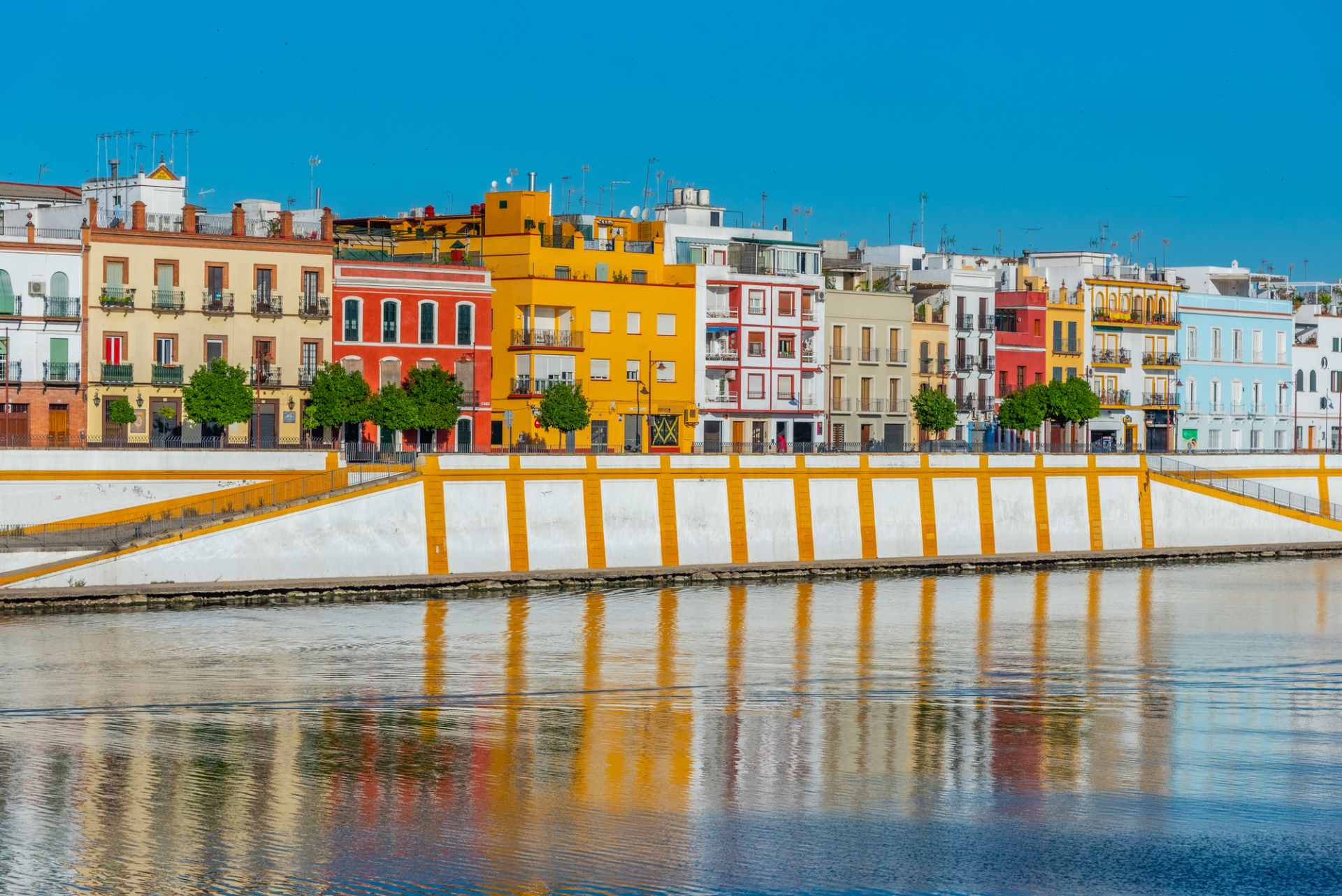 colourful-buildings-along-river-triana-free-things-to-do-in-seville
