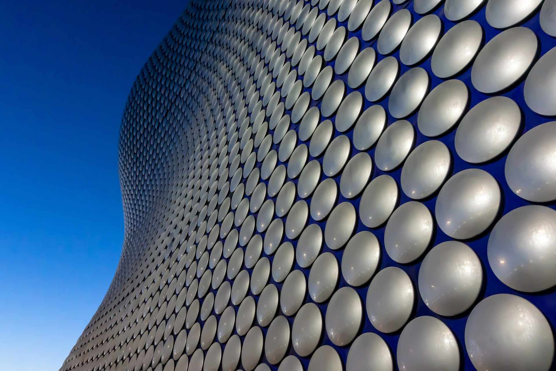 exterior-of-shopping-centre-covered-in-circles-birmingham-bullring