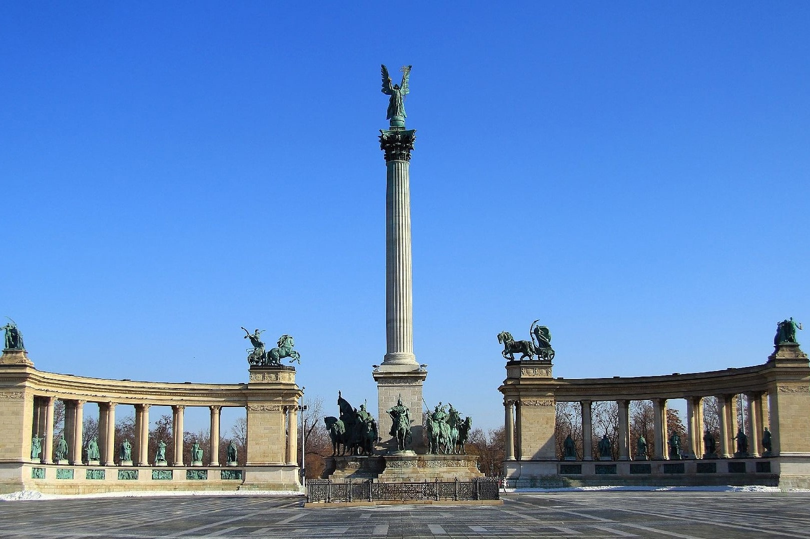 famous-european-monument-on-a-sunny-day-budapest-heroes-square