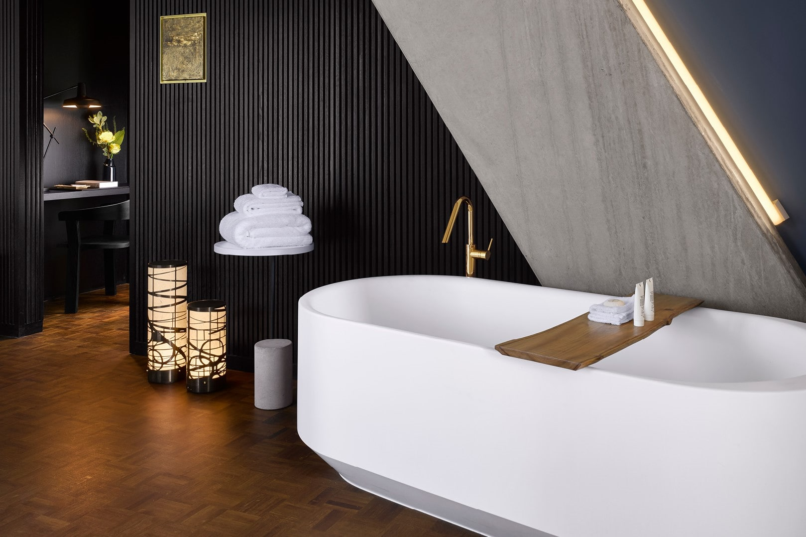 large-bathtub-in-japanese-themed-nobu-hotel-quirky-london-hotels