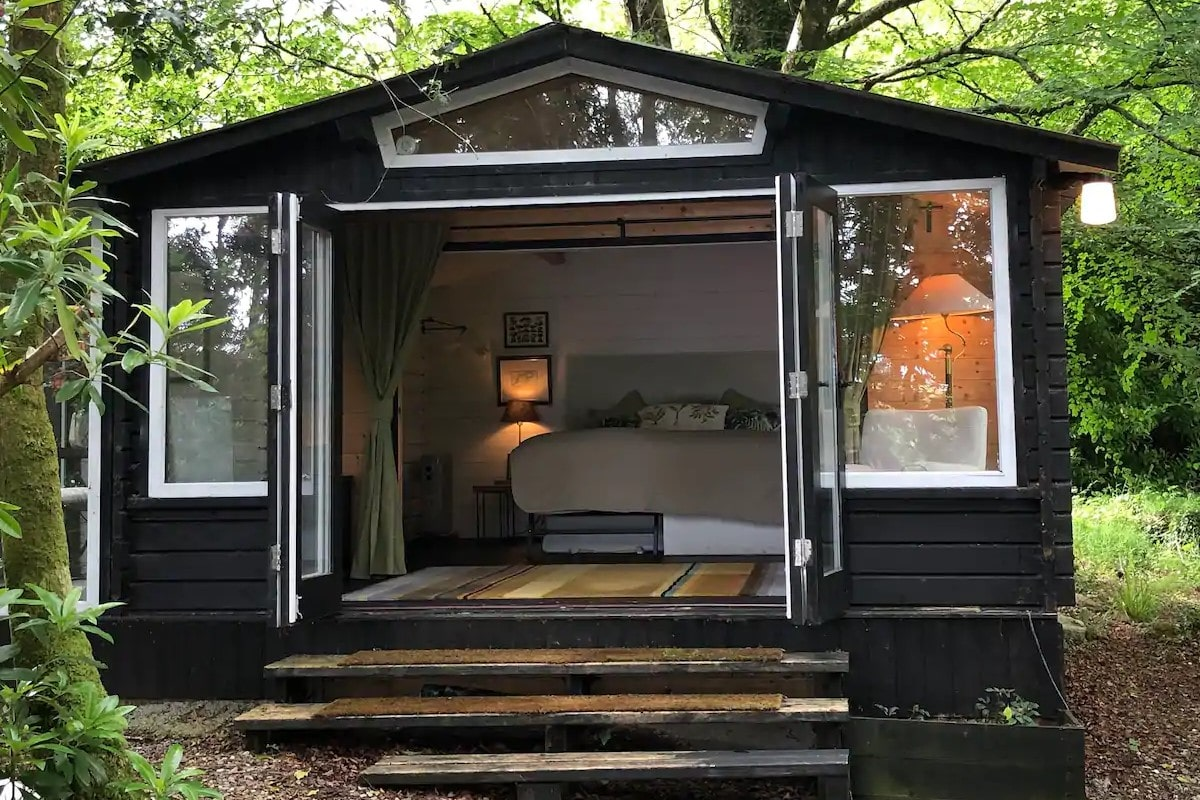 romantic-black-cabin-in-forest-with-large-kingsized-bed