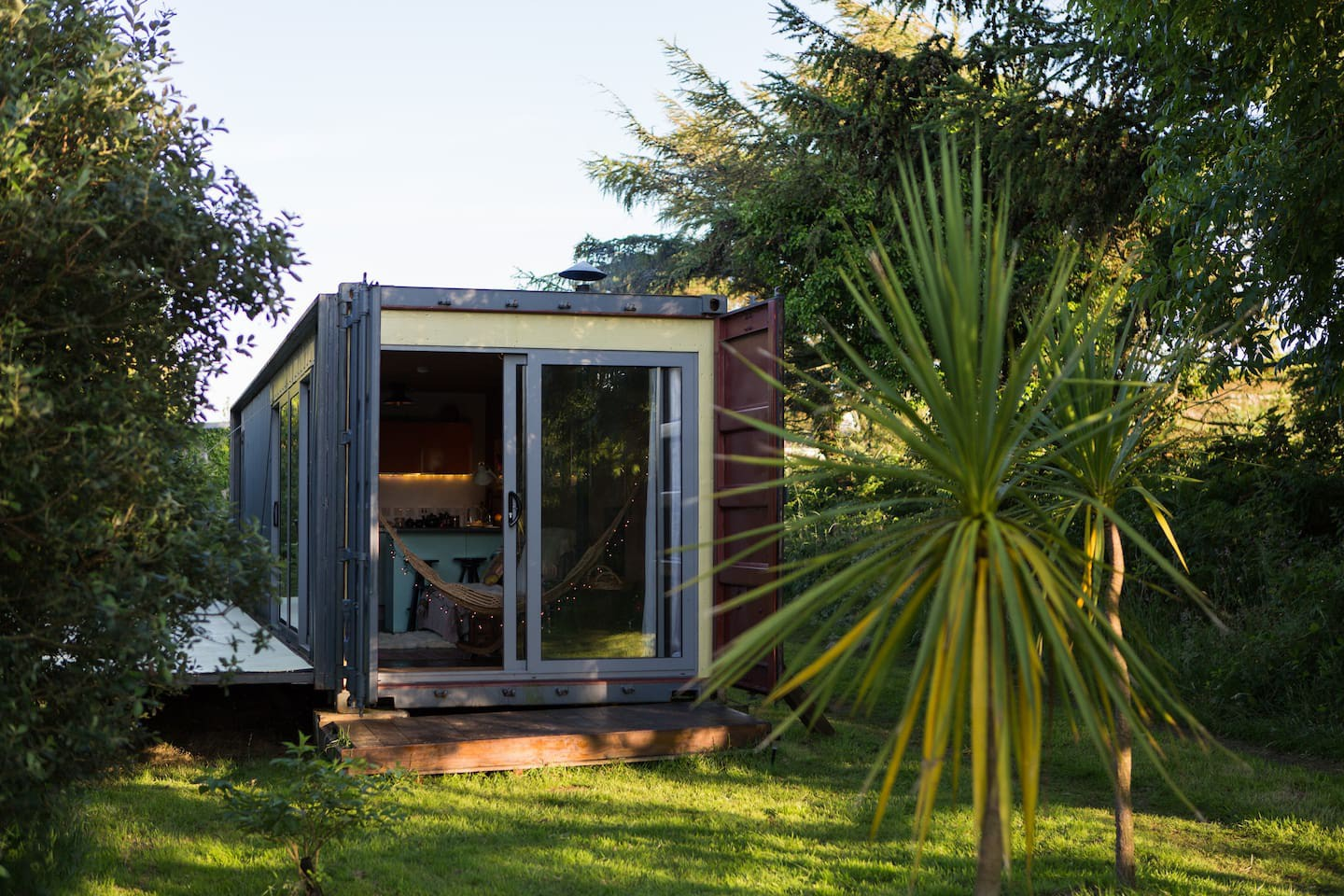 shakas-house-small-cabin-in-field-with-palm-trees-in-st-ives-halestown