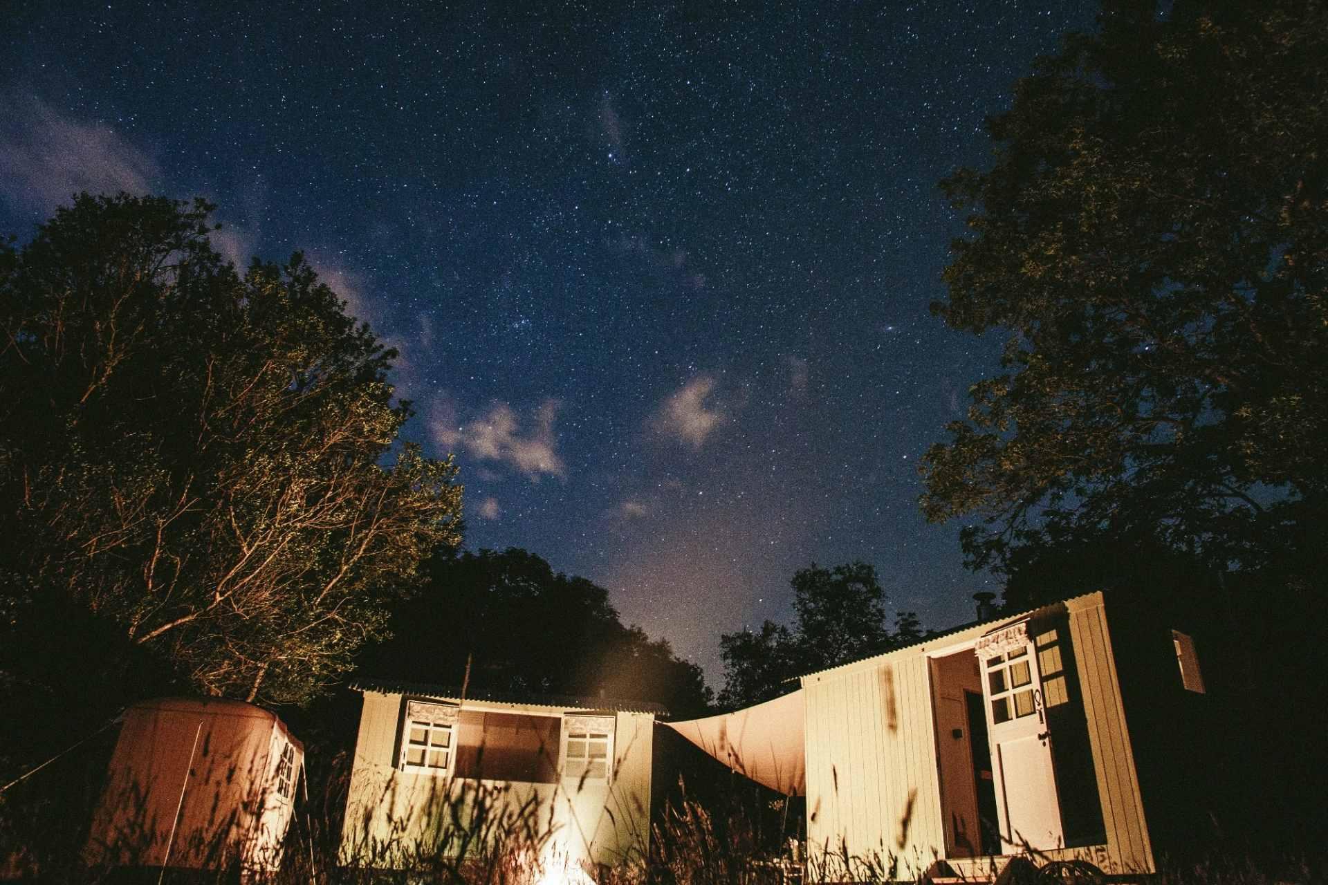 shepherds-hut-in-field-on-starry-night-snowdonia-shepherds-huts-glamping-snowdonia