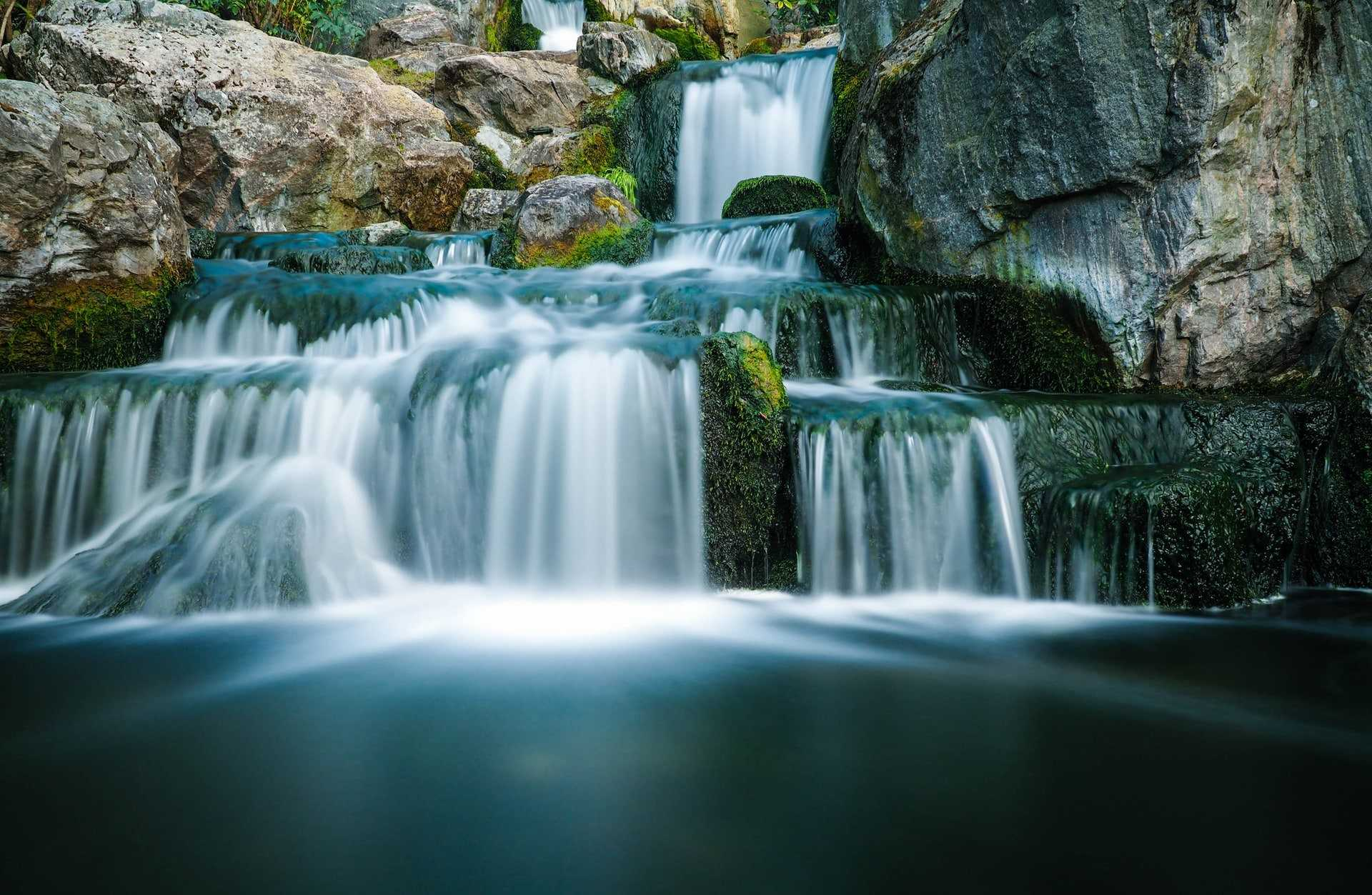 small-waterfall-between-rocks-at-kyoto-gardens-in-holland-park-most-beautiful-parks-in-london
