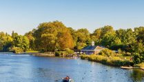 two-people-in-boat-rowing-in-serpentine-lake-in-hyde-park-most-beautiful-parks-in-london