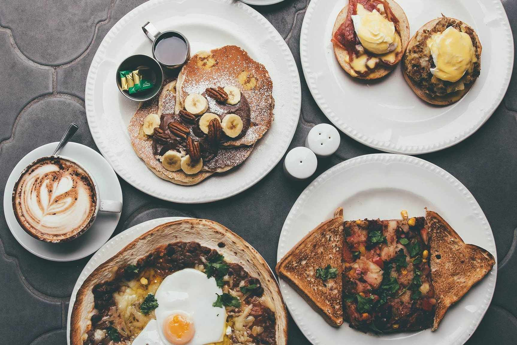 white-paper-plates-with-american-breakfast-food-at-moose-coffee