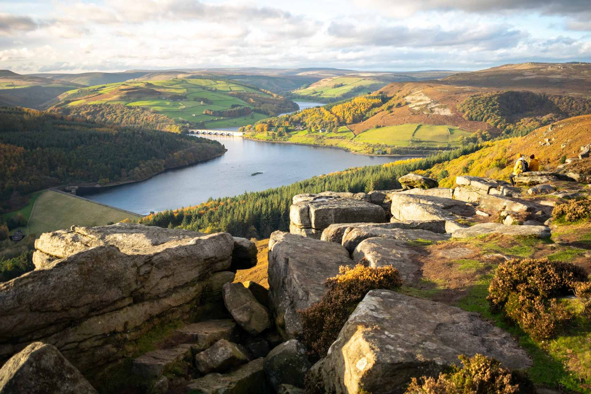 bamford-edge-in-the-hope-valley-overlooking-ladybower-reservoir-at-sunset-best-peak-district-walks