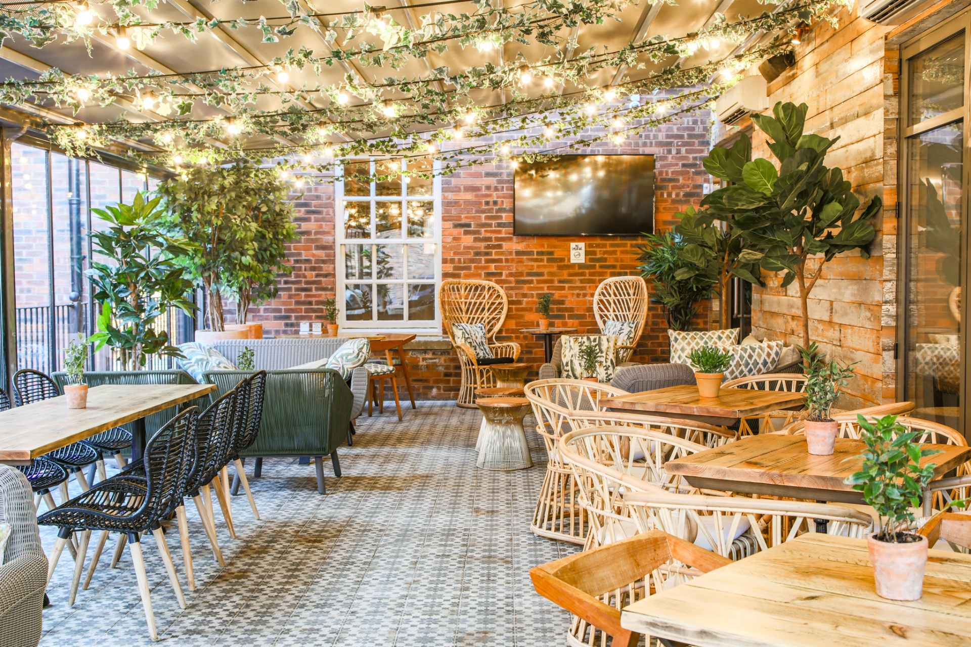 bright-outdoor-dining-area-at-saint-pauls-house-restaurant-bottomless-brunch-birmingham