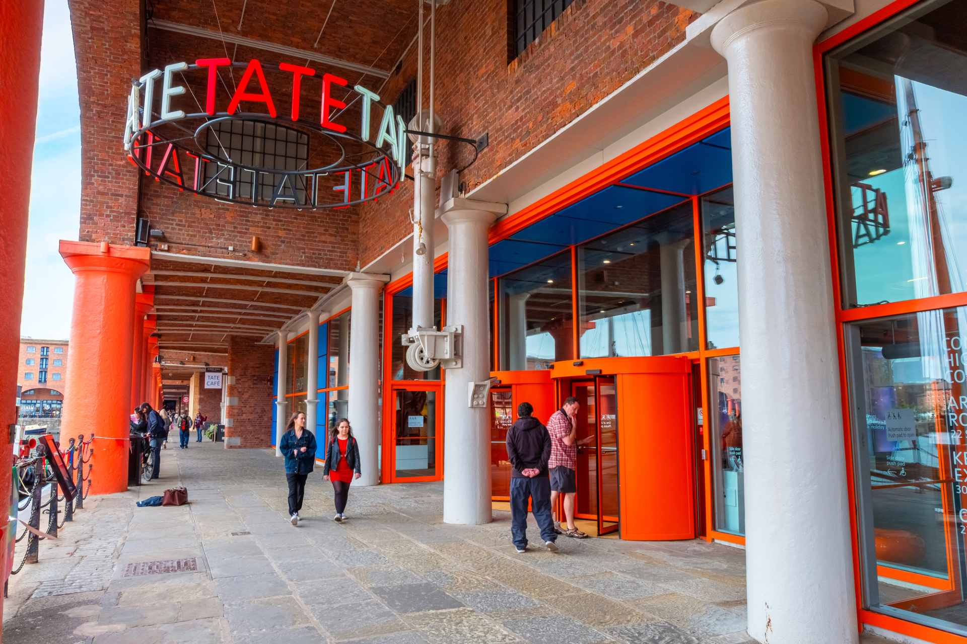 bright-red-and-blue-exterior-of-the-tate-gallery