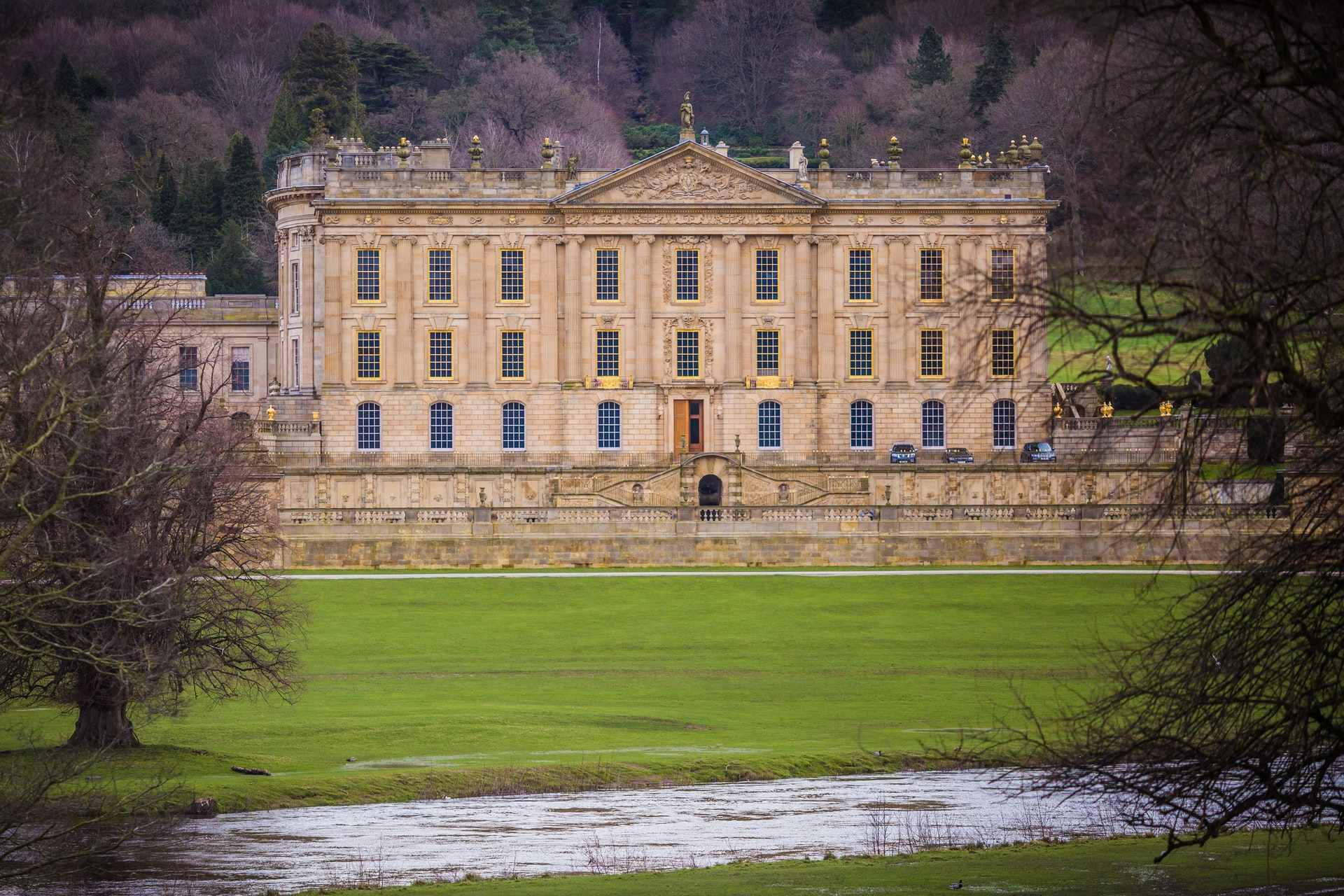 chatsworth-house-with-green-grounds-and-stream-in-foreground-day-trips-from-derby