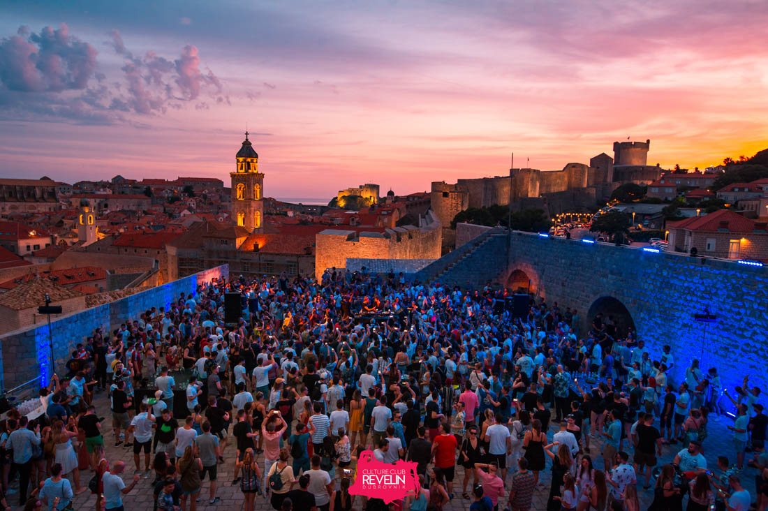 crowds-partying-outdoors-in-castle-walls-of-culture-club-revelin-at-sunsett-3-days-in-dubrovnik-itinerary