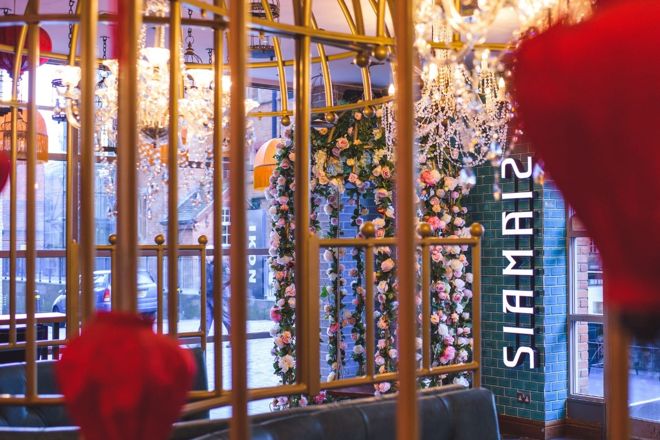 entrance-to-siamais-restaurant-with-flowers-and-chandeliers