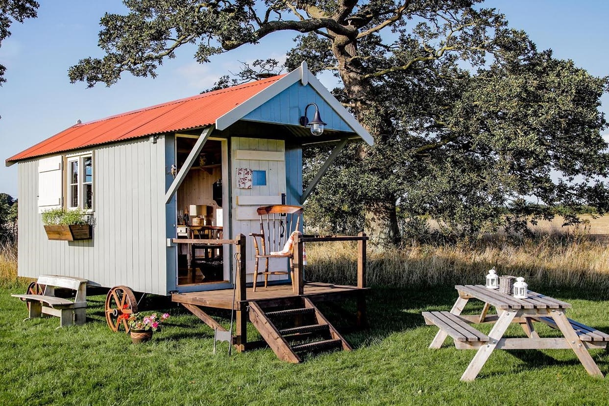 eves-hill-farm-glamping-hut-with-outdoor-seating-in-field-glamping-norfolk